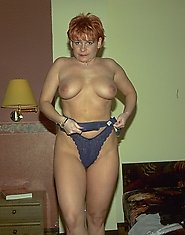 Amateur redhead showing hot body