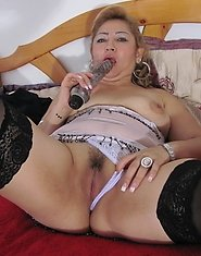 Kinky mature mama playing with herself