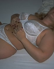 Blonde lady showing off chunky body