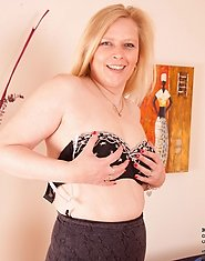 Enticing milf Tamara teases and flaunts her alluring black bra
