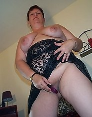Chunky mature slut showing her stuff